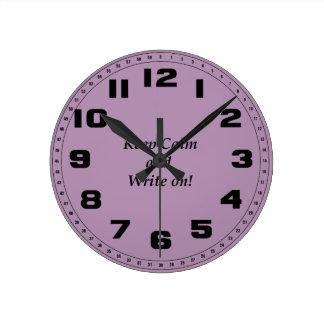 Guarde la calma y escriba encendido reloj redondo mediano