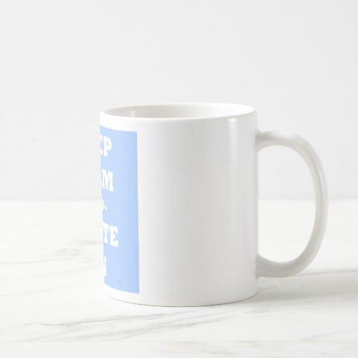 Guarde la calma y escriba encendido taza