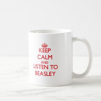 Guarde la calma y escuche Beasley Taza Básica Blanca
