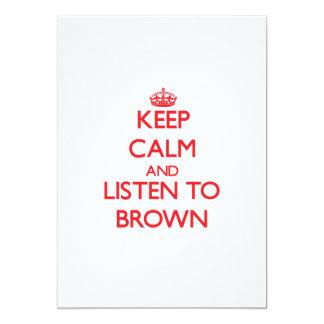 """Guarde la calma y escuche Brown Invitación 5"""" X 7"""""""