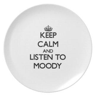 Guarde la calma y escuche cambiante platos de comidas