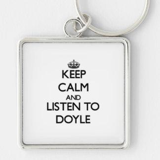 Guarde la calma y escuche Doyle Llavero Cuadrado Plateado