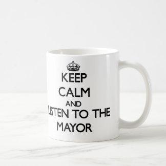 Guarde la calma y escuche el alcalde taza básica blanca