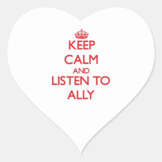 Guarde la calma y escuche el aliado pegatina en forma de corazón