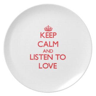 Guarde la calma y escuche el amor plato de cena