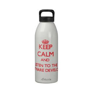 Guarde la calma y escuche el analista de programas botella de beber