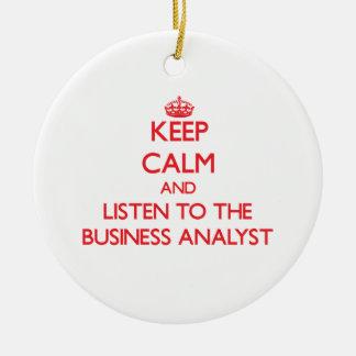 Guarde la calma y escuche el analista del negocio adorno redondo de cerámica