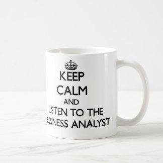 Guarde la calma y escuche el analista del negocio taza de café
