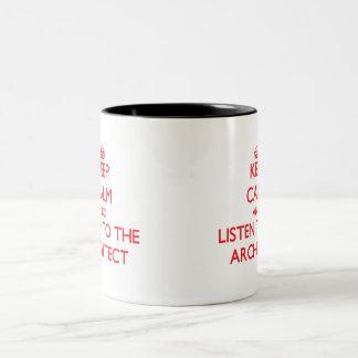 Guarde la calma y escuche el arquitecto taza de café de dos colores