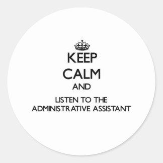 Guarde la calma y escuche el Assista administrativ Pegatina Redonda