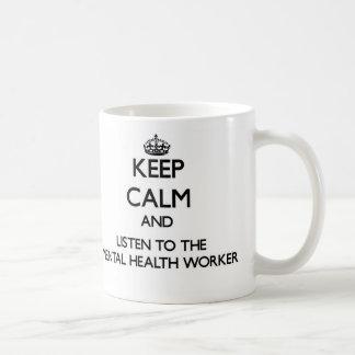 Guarde la calma y escuche el ayudante de sanidad taza básica blanca