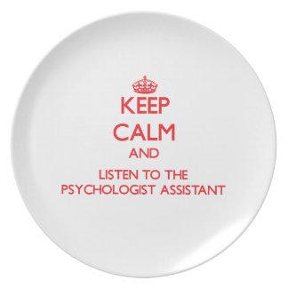 Guarde la calma y escuche el ayudante del psicólog platos de comidas