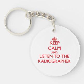 Guarde la calma y escuche el ayudante radiólogo llavero redondo acrílico a una cara