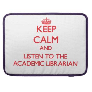 Guarde la calma y escuche el bibliotecario académi fundas para macbook pro