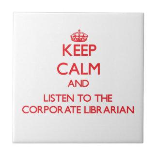Guarde la calma y escuche el bibliotecario corpora azulejo cerámica