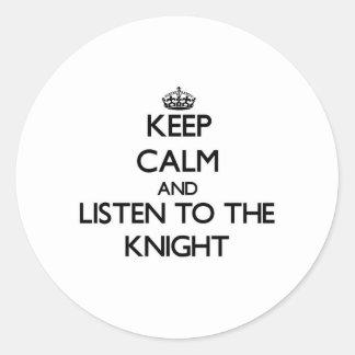 Guarde la calma y escuche el caballero etiqueta redonda