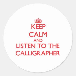 Guarde la calma y escuche el calígrafo pegatina redonda