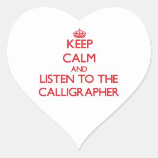 Guarde la calma y escuche el calígrafo pegatina en forma de corazón