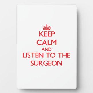 Guarde la calma y escuche el cirujano placas con fotos