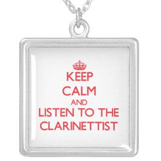 Guarde la calma y escuche el clarinetista collar