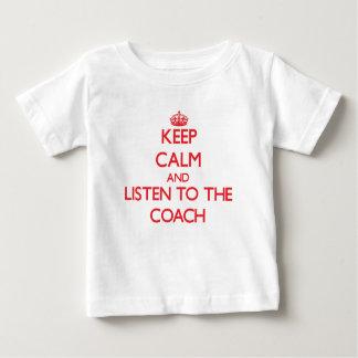 Guarde la calma y escuche el coche tee shirts