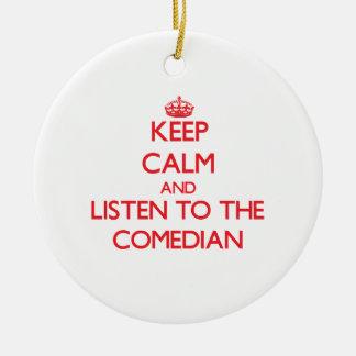 Guarde la calma y escuche el cómico adorno navideño redondo de cerámica