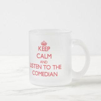 Guarde la calma y escuche el cómico taza