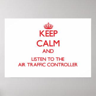 Guarde la calma y escuche el controlador aéreo posters