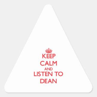 Guarde la calma y escuche el decano pegatina triangular