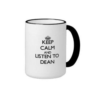 Guarde la calma y escuche el decano taza a dos colores