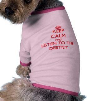 Guarde la calma y escuche el dentista camiseta de perro