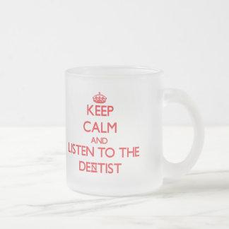 Guarde la calma y escuche el dentista taza de café