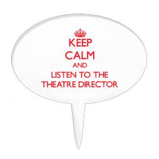 Guarde la calma y escuche el director del teatro figura de tarta