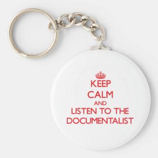 Guarde la calma y escuche el documentalista llavero redondo tipo pin