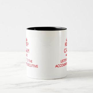 Guarde la calma y escuche el ejecutivo de cuenta taza de café de dos colores