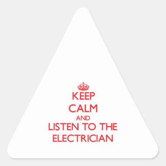 Guarde la calma y escuche el electricista pegatina triangular