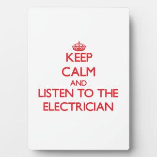 Guarde la calma y escuche el electricista placas con foto