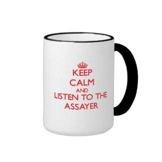 Guarde la calma y escuche el ensayador taza