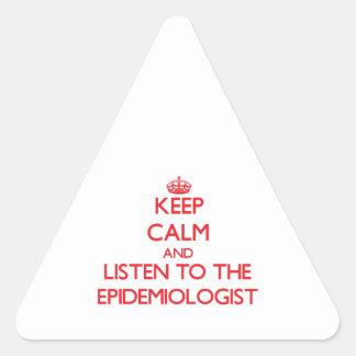Guarde la calma y escuche el epidemiólogo pegatina triangular