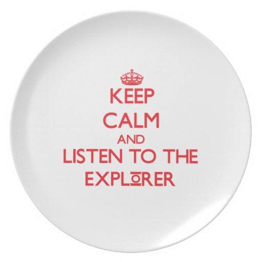 Guarde la calma y escuche el explorador platos para fiestas