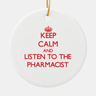 Guarde la calma y escuche el farmacéutico adorno navideño redondo de cerámica