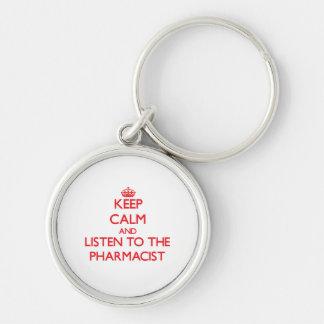 Guarde la calma y escuche el farmacéutico llavero redondo plateado