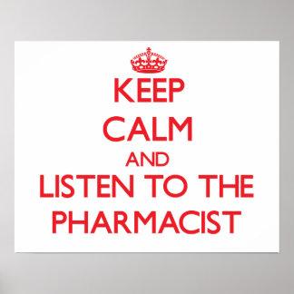 Guarde la calma y escuche el farmacéutico póster
