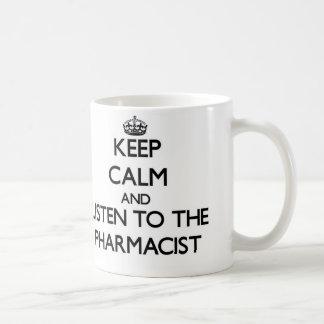 Guarde la calma y escuche el farmacéutico taza clásica
