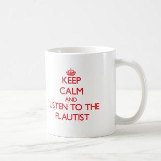 Guarde la calma y escuche el flautista taza clásica