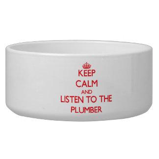 Guarde la calma y escuche el fontanero comedero para mascota