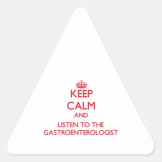 Guarde la calma y escuche el gastroenterólogo pegatinas de triangulo