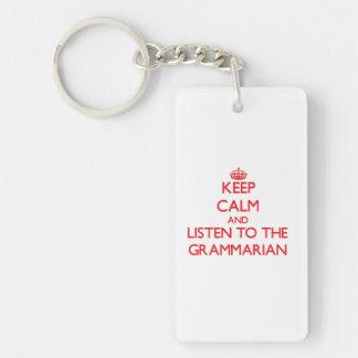 Guarde la calma y escuche el gramático llavero rectangular acrílico a una cara