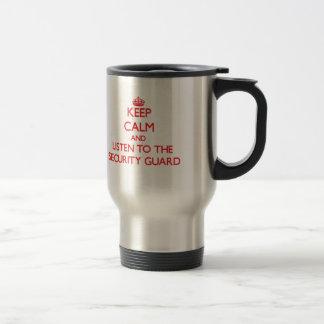 Guarde la calma y escuche el guardia de seguridad taza de viaje