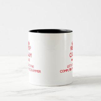 Guarde la calma y escuche el informático tazas de café